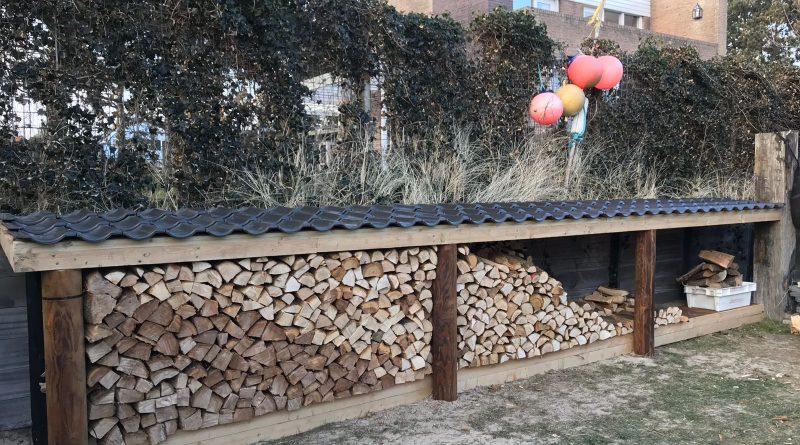 Haardhout overkapping met fundering van hout en voorzien van geperforeerd kortaanstaal.jpg